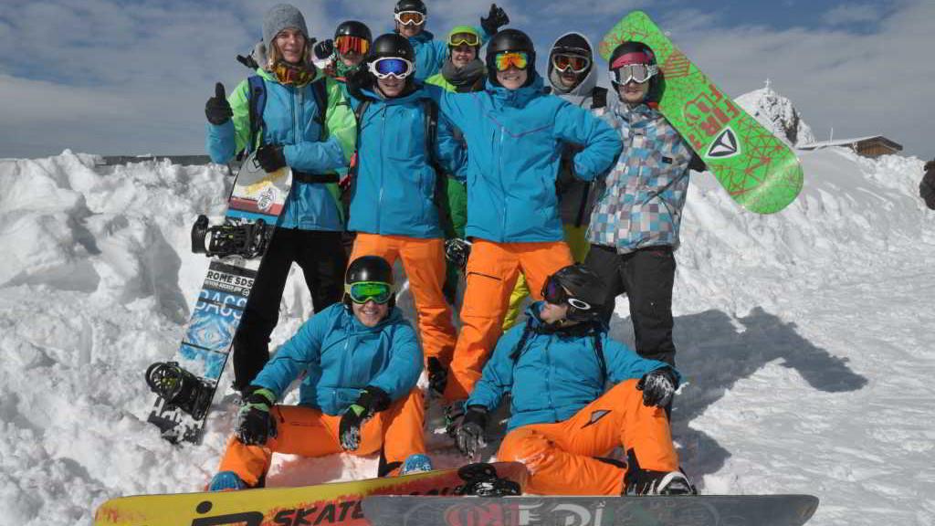 SchneeSportSchule_Schwabmuenchen_Boarder_Gruppenbild_Tux_2015