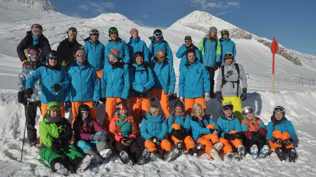 SchneeSportSchule_Schwabmuenchen_Gruppenbild_Tux_2015